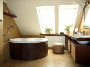 Le teck, un bois bien adapté à la salle de bain.