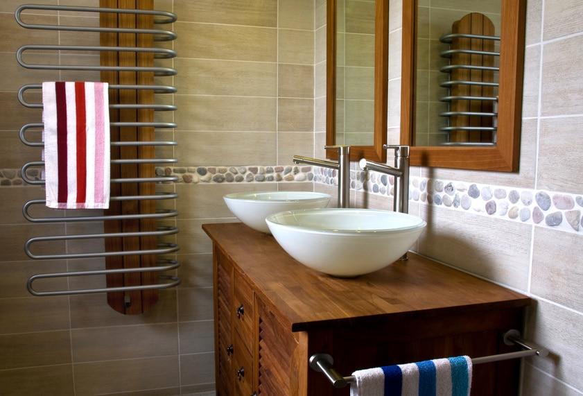 La bonne idée : harmoniser mobilier et miroirs.