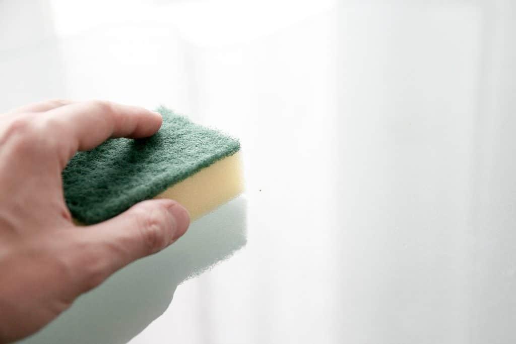 Un éponge sur un plan de travail blanc en train de laver