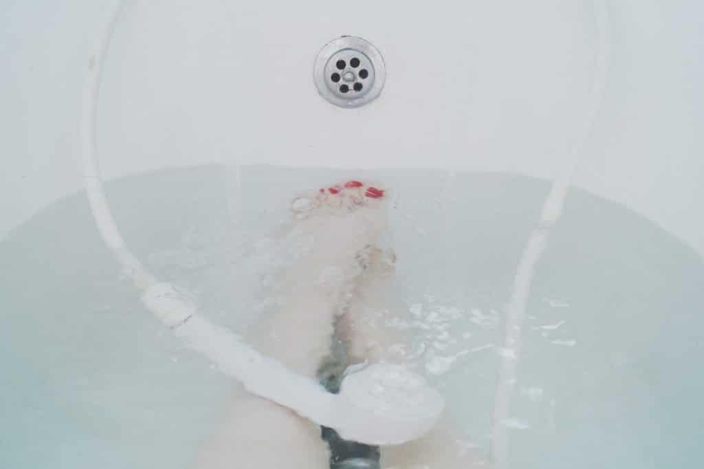 Une personne en train de prendre un bain