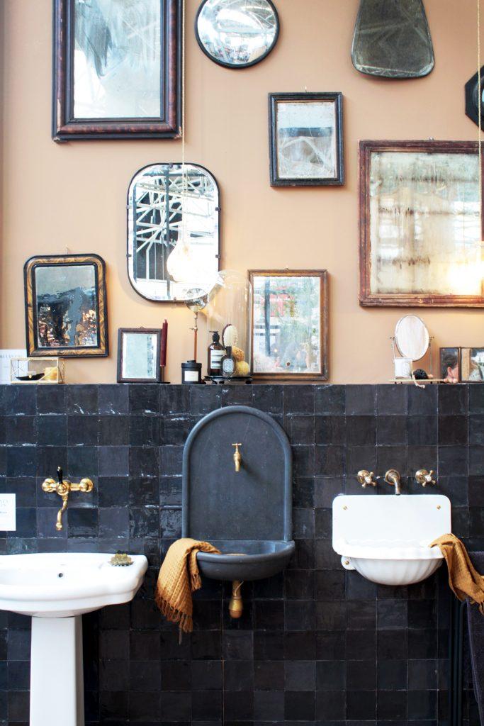 Une salle de bain vintage avec plusieurs miroirs