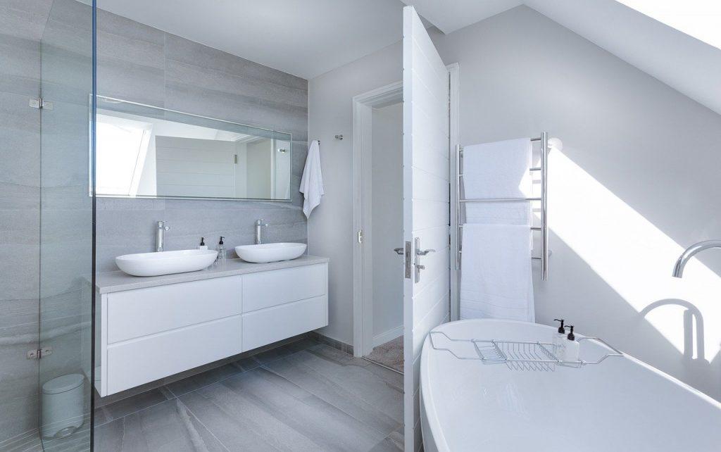 salle de bain moderne avec une baignoire et une double vasque