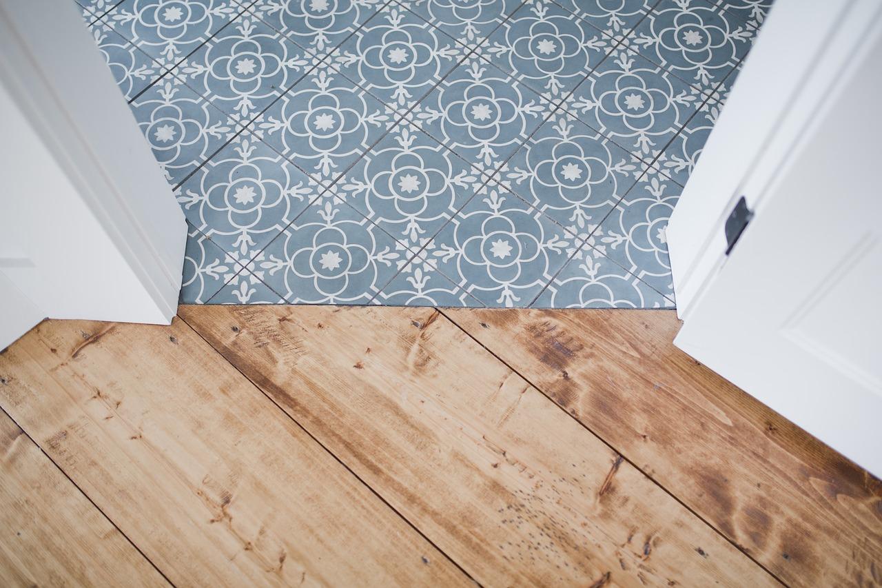 revêtement de sol en carrelage imitation bois et carreaux de ciment